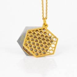 Belleza Colgante dorado hexágono Collar hexagonal fabricado en plata de ley 925, versión bañada en oro. Este collar es una piez